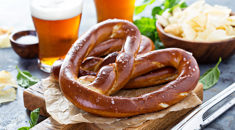 bretzel salado con sus ingredientes alrededor